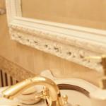 Зеркало в багетной раме в ванной комнате