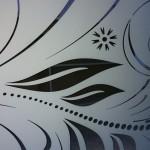 пескоструйный витраж на зеркале, рисунок по амальгаме с покраской в белый цвет