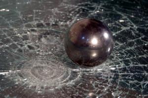 приемущество стекла с пленкой - осколки не рассыпаются
