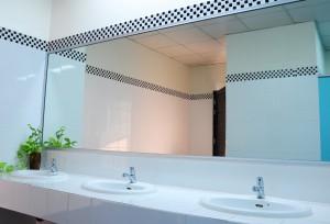 установка зеркала в общественный туалет