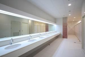 установка зеркал в туалеты