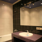Зеркало в ванну на крепежах вплотную к стене