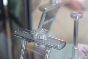 монтаж крепежных элементов к стеклу